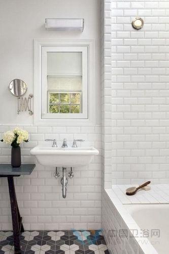 复古浴室设计速成攻略:陶瓷换彩绘木 龙头选黄铜