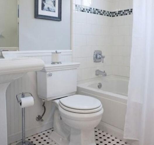 卫浴瓷砖灵活搭配 曼妙腰线划分墙面