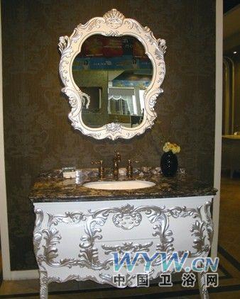 鹰卫浴精美的银灰色欧式雕花让浴柜呈现奢华之感,米白色柜身结合深色