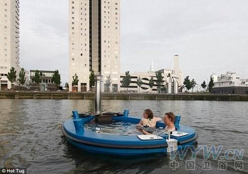 """""""热水浴缸""""船由烧炭火炉加热水,所产生蒸汽推动发动机使船只在"""