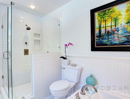 上的小花装饰和浴缸上的青色花瓶点缀,增添了洗手间装修效果高清图片