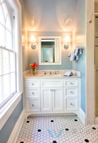 这个洗手间装修效果图的空间面积也就4平方米,但是在白色的瓷砖装饰下