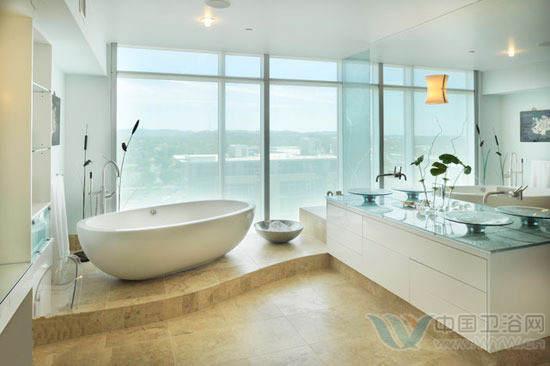 小卫生间装修效果图 地台的形式也很多样,这款小卫生间装修效果图图中,利用窗前的位置设计了两面连墙的地台,这样左边是浴缸区,右侧是洗脸台,两个功能区都通过地台与地面保持了距离,有一种整体被抬高的感觉。而且地台外围的弧线设计以及椭圆形的浴缸形成了呼应,柔和的线条丰富了小户型装修的视觉效果。