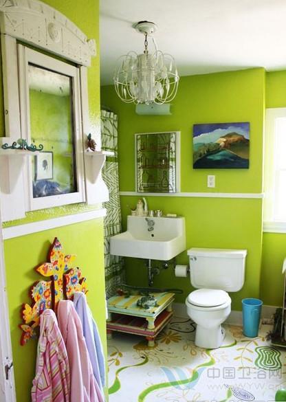 而且墙壁上的手绘墙还有很烦丰富的层次感,墨绿色的