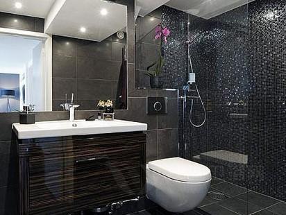 浴室装修效果图:淋浴区里带着闪光的马赛克取代了普通的瓷