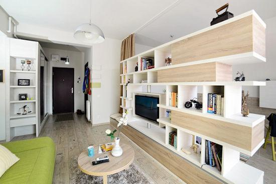 同时也成为了客厅与卧室(卧室装修效果图)的隔断墙,其不规则的外观更