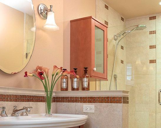 【中國衛浴網】如果您有一個小型浴室,別擔心,我們一樣可以把它裝飾得時尚優雅,毫不遜色于空間較大的浴室,更何況小型的浴室還能給人帶來更溫暖舒適的感覺呢。那么,到底要怎么去裝扮它,好好地展示小型浴室每一寸空間的優勢呢?下面小編給大家一些小Tips。首先,淋浴間是小型浴室最好的選擇,因為它將會幫您節省大量的空間,而且看起來也很時尚。其次,強大的收納技巧是成功的關鍵,所以選擇帶有抽屜和開放式架子的浴室柜也是很必要的,它可以收納一些護膚品和懸掛毛巾等生活用品。參考下面的案例,然后自己動手設計一個溫馨的浴室吧!