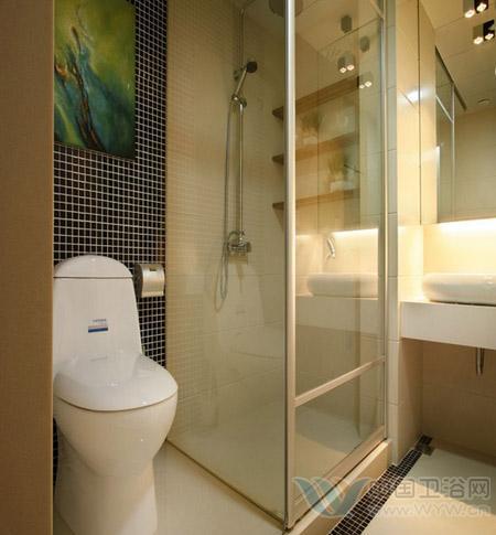 避免堵塞厕所,很多家庭习惯在卫生间里放个垃圾桶